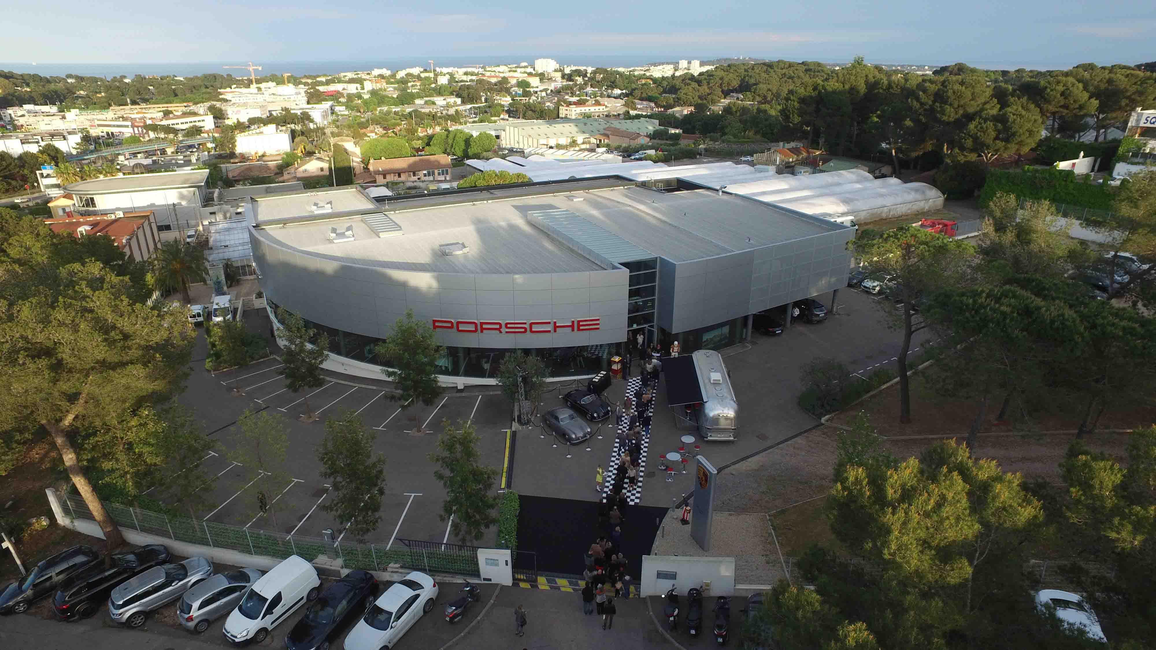 Devanture concessionnaire Porsche vue du ciel